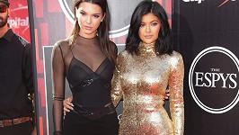 Kendall (vlevo) s mladší sestrou Kylie Jenner na akci ESPY v Los Angeles