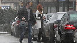Romana to má dobře zařízené. Milenec ji vyzvedl a nosí ji dokonce kabelku.