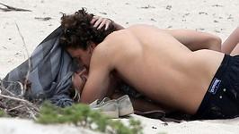 Heidi Klum láskyplně zalehl na pláži její partner Vito Schnabel.