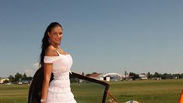 Julie Zugarová zapózovala u letadla.