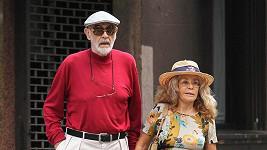 Connery se svou manželkou, kterou převyšuje téměř o dvě hlavy.