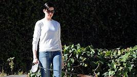Anne Hathaway během oné procházky, kdy se pomstila vlezlému fotografovi.