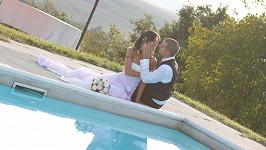 Budoucí nevěsty a ženichové by si měli rozmyslet, zda udělají svatbu u bazénu. Anebo kdo jim přinese prstýnky. Ilustrační foto