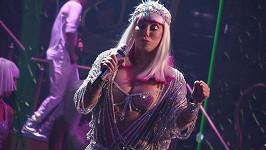 Takový kostým bychom těžko odpustili jiné zpěvačce ve věku sedmdesáti a více let.