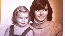 Tříletá Alice Bendová s mamkou