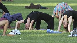 Německá topmodelka v záklonu spolu s dalšími jogíny.