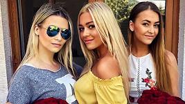 Natálie Myslivcová s dcerami, které vypadají spíš jako její sestry.