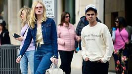 Elle Fanning a Max Minghella spatřeni v ulicích Beverly Hills.