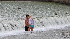 Dan s kráskou v řece. Proč si ale nesundal kalhoty?