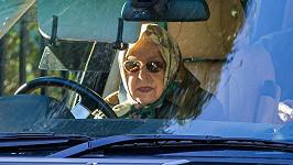 Alžběta II. už od dětství zbožňuje auta.