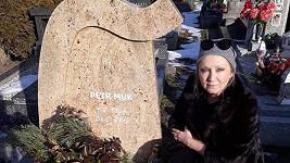 Bára Basiková u hrobu Petra Muka