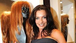 Alice Bendová na párty v salonu krásy.
