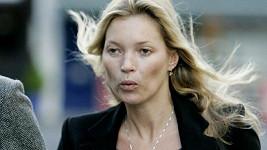 Kate Moss byla pořádná zima, svědčí o tom nejen její výraz v obličeji...