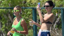 Kendall Jenner (vpravo) a Hailey Baldwin vyrazily na výlet.