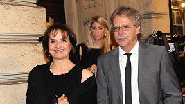 Veronika Freimanová s přítelem a dcerou Terezou opouštějí divadlo.