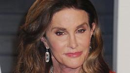 Caitlyn Jenner se po letech strávených se ženami nebrání vztahu s mužem.