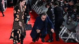 Al Pacino při příchodu do Royal Albert Hall upadl.
