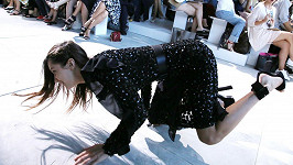 Bella Hadid na přehlídku Michaela Korse jen tak nezapomene...