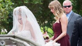 Popová hvězda Taylor Swift v roli družičky.