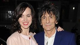 Ronnie Wood a jeho manželka Sally čekají dvojčata.