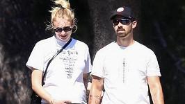 Sophie Turner a Joe Jonas se těší na první dítě.