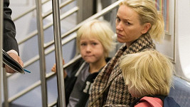 Naomi Watts s dětmi v metru.