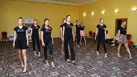 Dívky trénují choreografii hodiny.