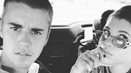 Justin Bieber o víkendu sdílel několik fotek se svou novou přítelkyní, které se s pozitivními ohlasy nesetkaly.