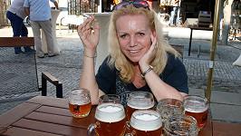 Hana Krampolová se smála nad sklenicemi piva.