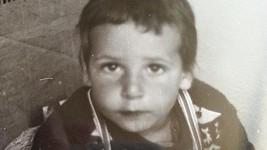 Z buclatého chlapečka vyrostl urostlý muzikálový zpěvák.
