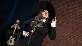 Ilona Csáková natočila po šestnácti letech nový klip k zbrusu novému singlu Abych byla IN.
