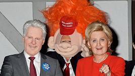 Katy Perry jako Hillary Clinton a Orando Bloom překvapivě v kostýmu Donalda Trumpa (uprostřed).