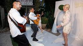 Ivanu na hostině pořádané jejími přáteli přivítali zpěvem místní cikáni.