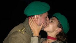 Andrea Košťálová se zasnoubila ve vojenském mundúru.