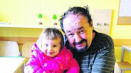 Petr Novotný s vnučkou na první fotce po mozkové mrtvici.