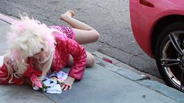 Angelyne upadla vedle své růžové Corvetty.