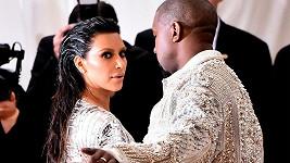 Svou ženu Kim si hlídá.