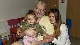 Daniel Hůlka s manželkou a dcerou