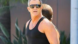 Mel Gibson s trenérem cestou z posilovny