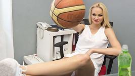 Mrkejte na ty dlouhé nohy. Fajksová měla děla basketbal.