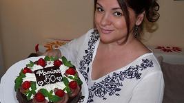 Magda Malá s dortem, který dostala od svých dcer.