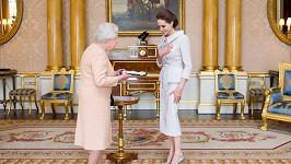 Poctěná Angelina Jolie je nově nositelkou šlechtického titulu Dáma.