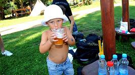 Kolja zaháněl žízeň pivem.