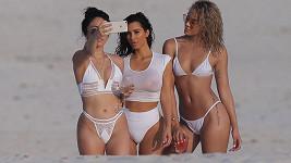 Hvězda amerických reality show Kim Kardashian v srpnu 2015 dováděla s kamarádkami na dovolené v mexickém Casa Aramara. A provokovala svými obrázky na sociálních sítích.