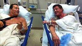 Arnie a Sylvester po náročném natáčení filmu Postradatelní 2.