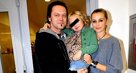 Ivana Jirešová s dcerou a manželem Viktorem Dykem.