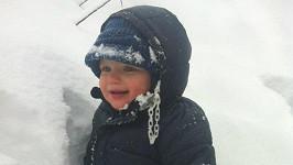 Malému Maxovi se ve sněhu líbilo.