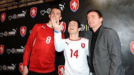 Vladimír Šmicer s fotbalisty Václavem Pilařem a Tomášek Pekhartem, jimž navrhl dresy.