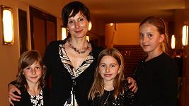 Zdenka Žádníková-Volencová s dcerami Andreou (vpravo), Janou (vlevo) a jejich kamarádkou