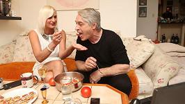 Šuleková s Rychtářem se vzájemně nakrmili rajčatovým salátem.
